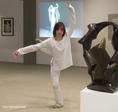 Dennis Mac Dao in den Ausstellungsräumen des Sprengel Museum Hannover (Foto: Herling/Gwose)