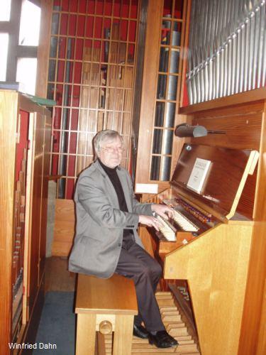 Winfried Dahn an der Kleuker-Orgel in der Corvinuskirche Hannover