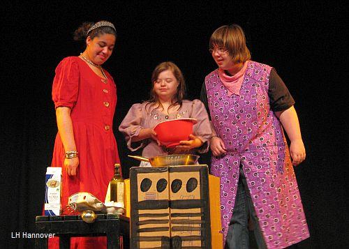 Darstellerinnen während einer Vorführung