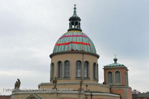 Einen Monat lang wird die Kuppel von der Basilika St. Clemens in Hannover mit dem Strickgraffiti behangen bleiben